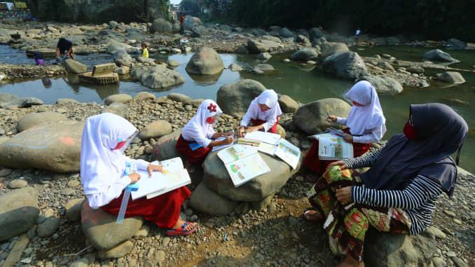 Những đứa trẻ cùng nhau học tập dọc theo sông Ciliwung ở làng Kebon Jukut, thành phố Bogor trong khi hầu hết các trường học ở Indonesia đều đóng cửa trong đại dịch coronavirus.