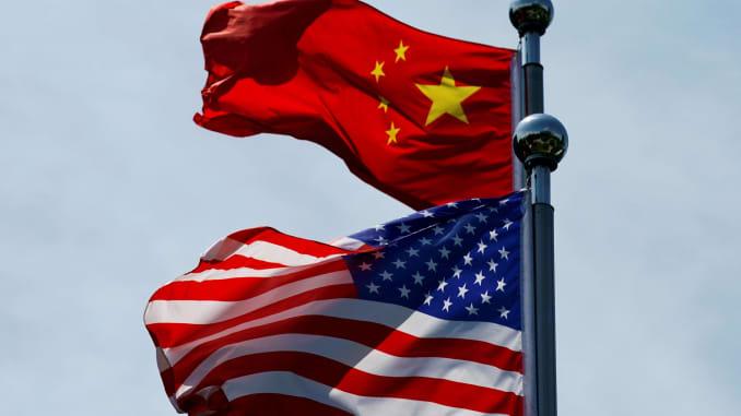 Cờ Hoa Kỳ và Trung Quốc bay phấp phới gần Bến Thượng Hải, trước khi phái đoàn thương mại Hoa Kỳ gặp người đồng cấp Trung Quốc để hội đàm tại Thượng Hải, Trung Quốc ngày 30 tháng 7 năm 2019.