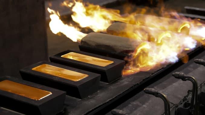Các thỏi vàng đang được đúc tại một nhà máy của Nhà máy kim loại màu Gulidov Krasnoyarsk ở Nga.