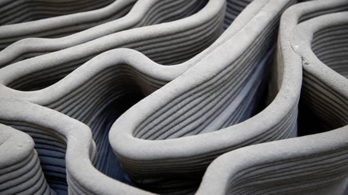 Hình ảnh này cho thấy cấu trúc của một bức tường bê tông được in bởi cánh tay robot 3D tại xưởng của XtreeE ở Rungis, Pháp.