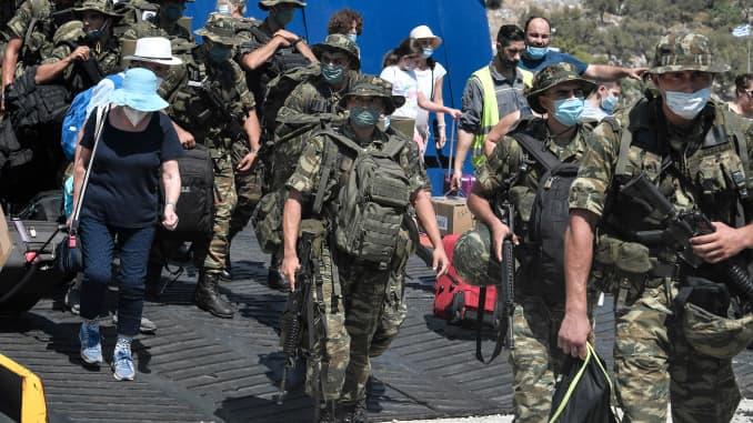 Binh lính và khách du lịch Hy Lạp xuống phà tại cảng của hòn đảo nhỏ bé của Hy Lạp Kastellorizo, hòn đảo có người ở đông nam nhất của Hy Lạp ở Dodecanese, cách bờ biển phía nam của Thổ Nhĩ Kỳ hai km vào ngày 28 tháng 8 năm 2020.