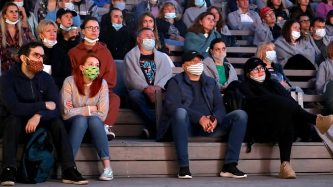 Mọi người xem phim tại rạp chiếu phim ngoài trời ở Công viên Nghệ thuật Muzeon trong Đêm điện ảnh 2020 ở Moscow.