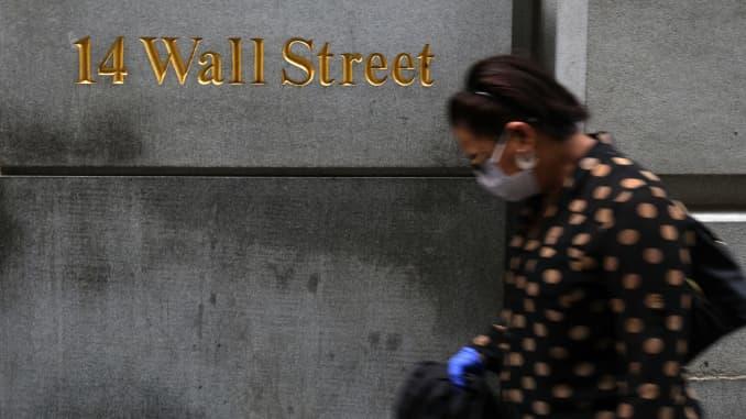 Mọi người đi bộ dọc Phố Wall trong Khu Tài chính vào ngày 02 tháng 9 năm 2020 ở Thành phố New York. Chỉ số Dow tăng 454,84 điểm, tương đương 1,59%, đóng cửa ở mức 29.100,50. Đóng cửa dưới 2% so với mức cao nhất mọi thời đại, chỉ số Dow đã công bố mức tăng tốt nhất kể từ mi