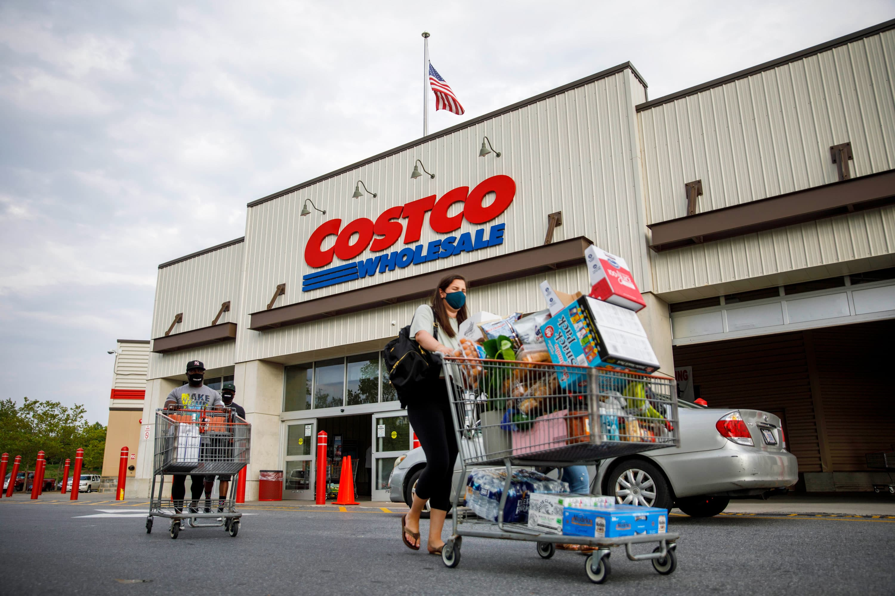 How Costco makes billions by charging people to shop there
