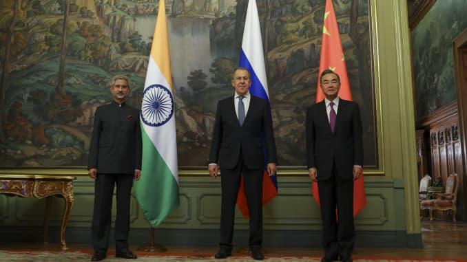 Bộ trưởng Ngoại giao Nga, Sergey Lavrov, Bộ trưởng Ngoại giao Trung Quốc Vương Nghị và Bộ trưởng Bộ Ngoại giao Ấn Độ Subrahmanyam Jaishankar chụp ảnh trong cuộc họp của Hội đồng Bộ trưởng Ngoại giao Tổ chức Hợp tác Thượng Hải tại Moscow, Nga vào ngày 10 tháng 9 năm 2020.