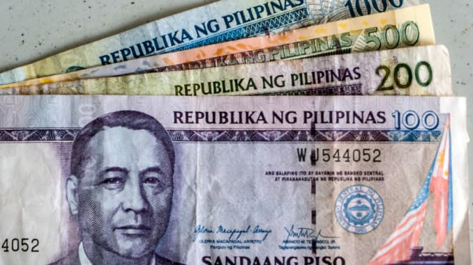 Tiền tệ Peso Philippines. (Ảnh của: Andrew Woodley / Education Images / Universal Images Group qua Getty Images)
