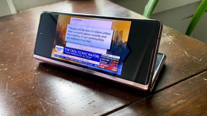 You can automatically continue watching content on the outside screen.