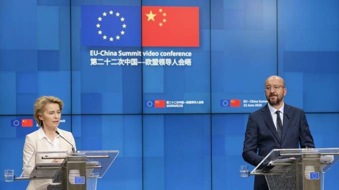 Chủ tịch Ủy ban châu Âu Ursula von der Leyen (L) và Chủ tịch Hội đồng châu Âu Charles Michel (R) đang trao đổi với truyền thông sau Hội nghị thượng đỉnh EU-Trung Quốc vào ngày 22 tháng 6 năm 2020 tại Brussels, Bỉ.