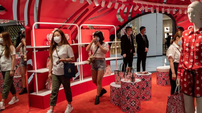 Mọi người mua sắm tại một trung tâm mua sắm ở Bắc Kinh vào ngày 14 tháng 8 năm 2020.