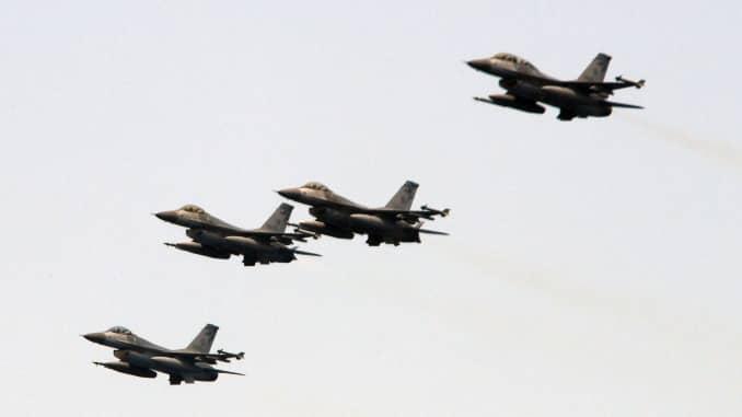 Bốn máy bay chiến đấu F-16 do Mỹ sản xuất bay ngang bầu trời trong một cuộc tập trận gần cảng hải quân Suao ở Nghi Lan, miền đông Đài Loan, ngày 13/4/2018.