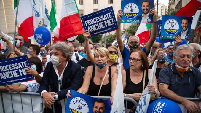 """Những người ủng hộ đảng Lega với biểu ngữ """"Hãy thử tôi cũng vậy"""" đoàn kết với Matteo Salvini cho phiên tòa Open Arms, trong một cuộc biểu tình bầu cử ủng hộ Stefano Caldoro, ứng cử viên thống đốc Vùng Campania vào ngày 11 tháng 9 năm 2020 tại Naples, Ý ."""