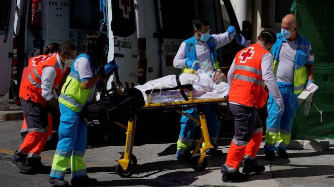 Nhân viên y tế đẩy cáng đưa một bệnh nhân vào khoa cấp cứu tại bệnh viện 12 de Octubre trong bối cảnh đại dịch bệnh do coronavirus (COVID-19), ở Madrid, Tây Ban Nha, ngày 2 tháng 9 năm 2020.