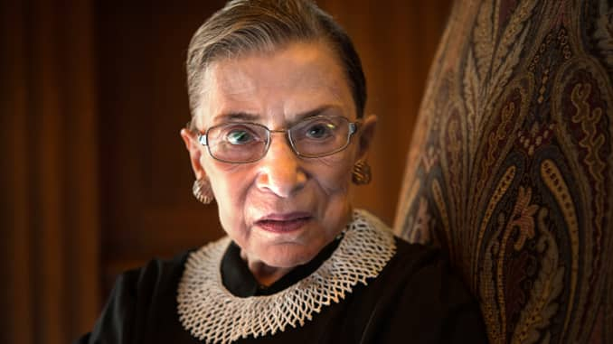 Thẩm phán Tòa án Tối cao Ruth Bader Ginsburg, kỷ niệm 20 năm ngồi trên băng ghế dự bị, được chụp trong phòng họp phía Tây tại Tòa án Tối cao Hoa Kỳ ở Washington, DC, vào thứ Sáu, ngày 30 tháng 8 năm 2013.