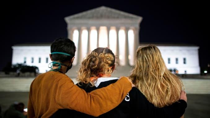 Mọi người đứng trước Tòa án Tối cao Hoa Kỳ sau cái chết của Thẩm phán Tòa án Tối cao Hoa Kỳ Ruth Bader Ginsburg, ở Washington, Hoa Kỳ, ngày 18 tháng 9 năm 2020.