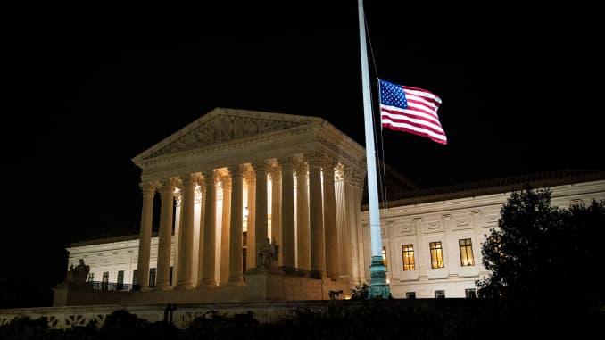 Quốc kỳ Mỹ bay cao nửa trượng sau cái chết của Thẩm phán Tòa án Tối cao Hoa Kỳ Ruth Bader Ginsburg, bên ngoài Tòa án Tối cao Hoa Kỳ, ở Washington, Hoa Kỳ, ngày 18 tháng 9 năm 2020.