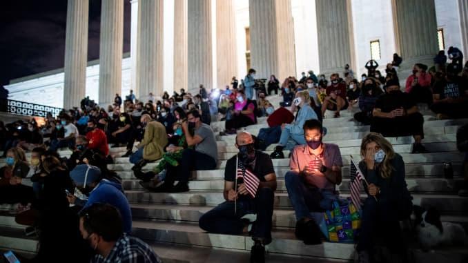 Mọi người tập trung trước Tòa án Tối cao Hoa Kỳ sau cái chết của Thẩm phán Tòa án Tối cao Hoa Kỳ Ruth Bader Ginsburg, ở Washington, Hoa Kỳ, ngày 18 tháng 9 năm 2020.