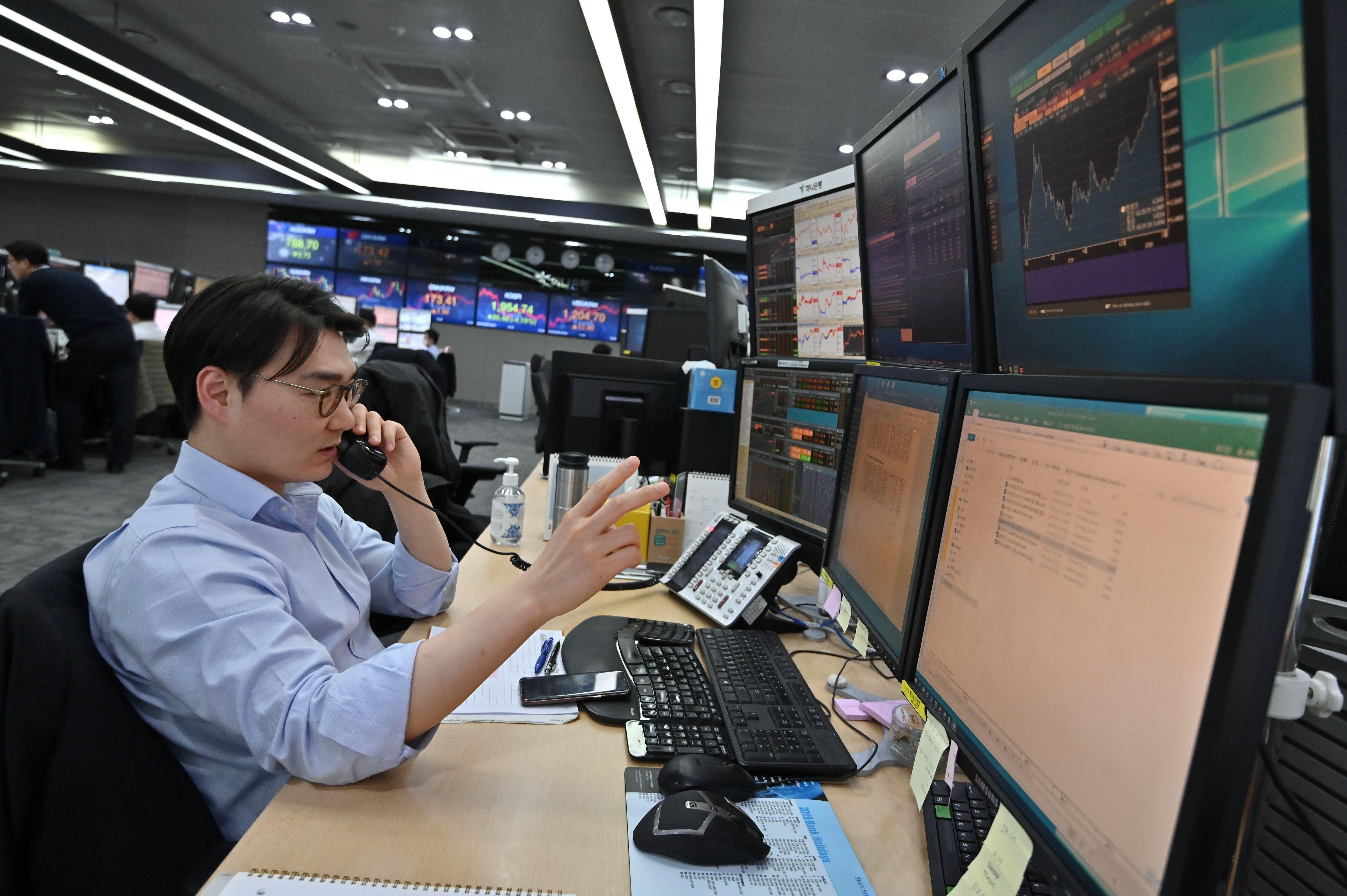 www.cnbc.com: Asia-Pacific airline stocks take a hit as coronavirus concerns return; South Korea drops more than 2%