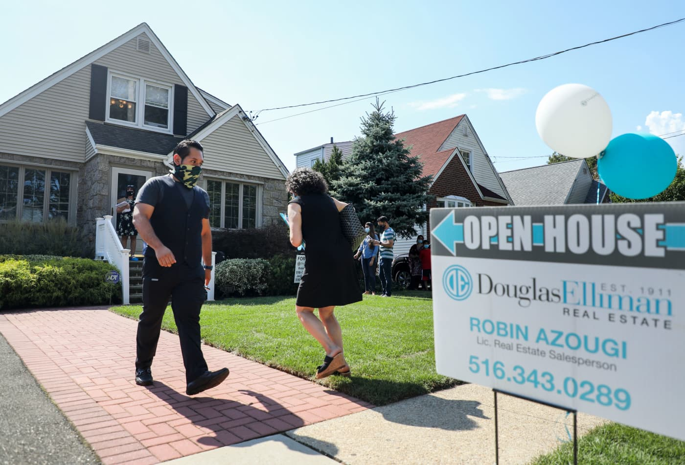 Weekly mortgage demand stalls as rates rise and fierce competition hurts home sales