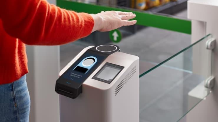"""Wir haben """"Amazon One"""" getestet, Amazons Bezahlsystem mit der Handfläche"""