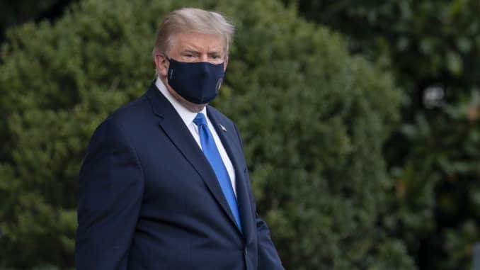 美国总统唐纳德·特朗普(Donald Trump)步行至白宫南草坪,然后于2020年10月2日星期五登上美国华盛顿特区的海军陆战队(Marine One),他对沃尔特·里德国家军事医学中心说要接受Covid-19的治疗白宫说。