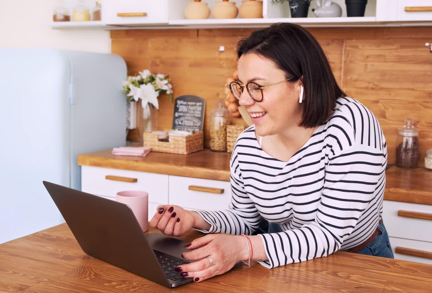 Người phụ nữ làm việc thời vụ trên máy tính