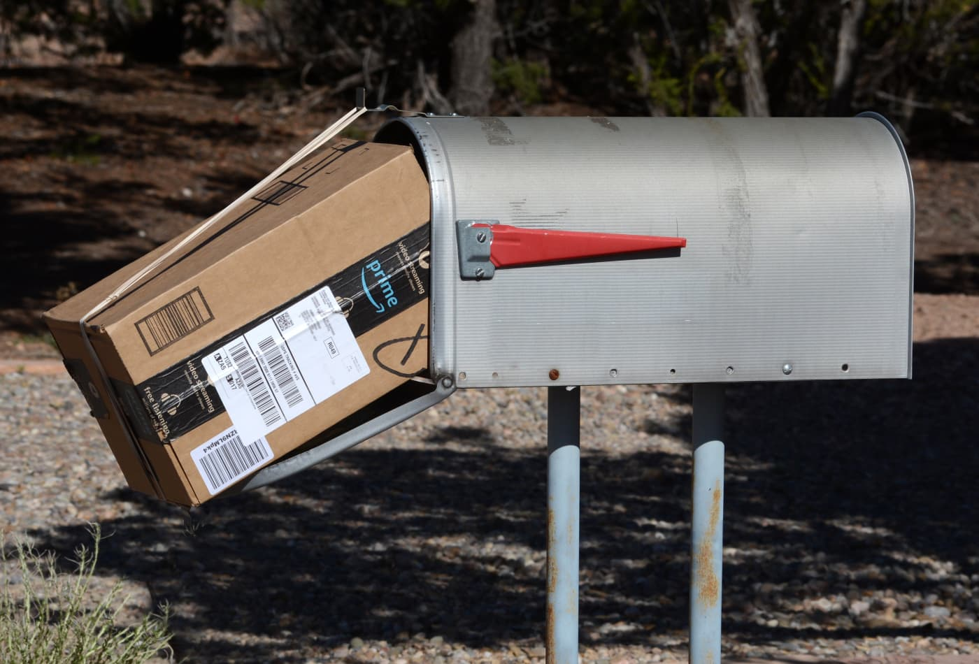 SANTA FE, NEW MEXICO - Ngày 5 tháng 4 năm 2020: Một gói hàng Amazon Prime được nhân viên Bưu điện Hoa Kỳ ở Santa Fe, New Mexico chuyển đến hộp thư. (Ảnh của Robert Alexander / Getty Images)