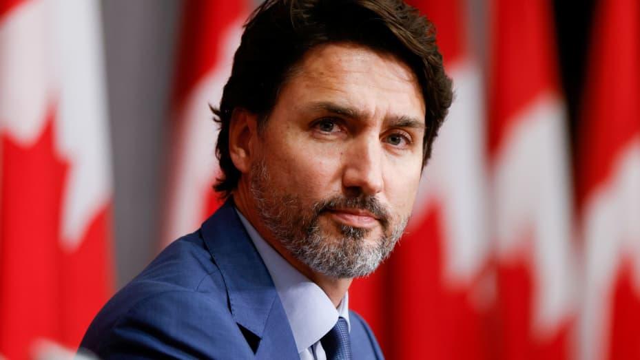 Антиваксъри замериха премиера на Канада с камъни