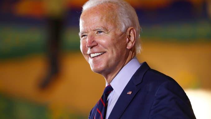 Ứng cử viên tổng thống đảng Dân chủ Hoa Kỳ Joe Biden nở nụ cười trong một chiến dịch Sự kiện Huy động cử tri dừng chân tại Trung tâm Bảo tàng Cincinnati tại Nhà ga Union ở Cincinnati, Ohio, ngày 12 tháng 10 năm 2020.