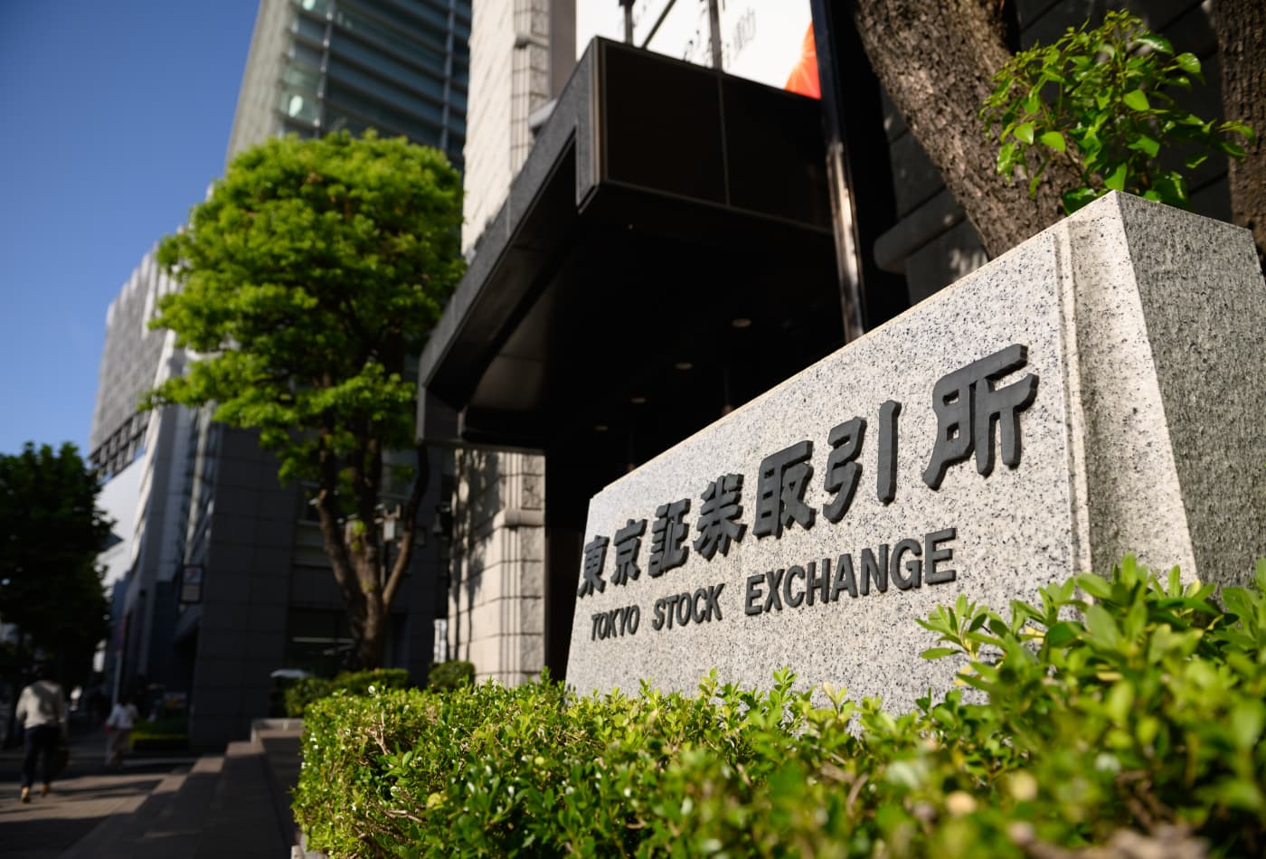 Japan falls nearly 2%; Asia-Pacific shares slip as pandemic concerns weigh on sentiment
