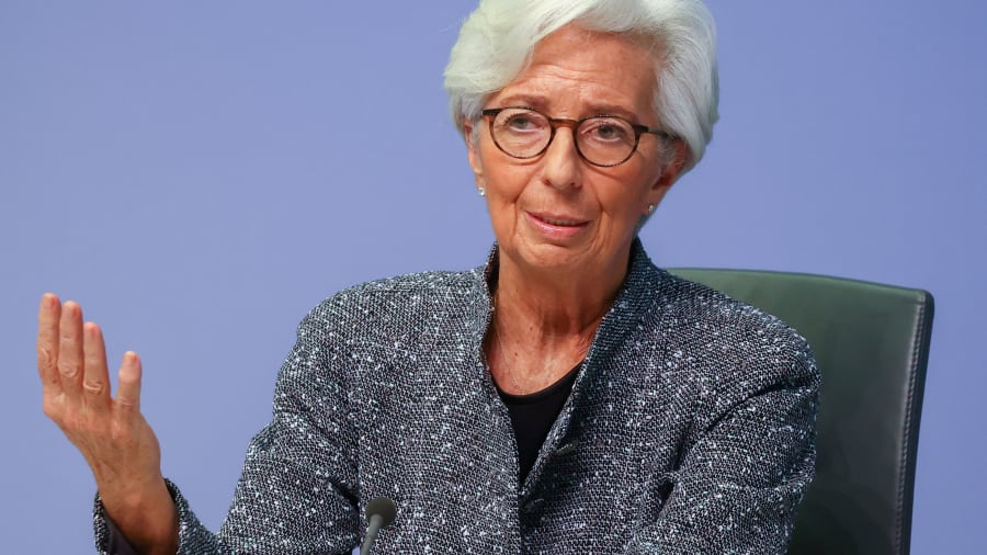 Chủ tịch Ngân hàng Trung ương Châu Âu (ECB) Christine Lagarde ra hiệu khi phát biểu tại một cuộc họp báo về kết quả cuộc họp của Hội đồng Thống đốc, tại Frankfurt, Đức, ngày 12 tháng 3 năm 2020.