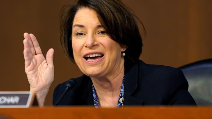 Thượng nghị sĩ Amy Klobuchar, (D-MN) phát biểu trong ngày thứ tư của phiên điều trần xác nhận cho ứng cử viên Tòa án Tối cao Amy Coney Barrett trước Ủy ban Tư pháp Thượng viện trên Đồi Capitol ở Washington, DC, ngày 15 tháng 10 năm 2020.