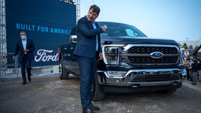 Giám đốc điều hành của Ford, Jim Farley, cởi bỏ mặt nạ tại sự kiện Ford Built for America tại Nhà máy xe tải Fords Dearborn vào ngày 17 tháng 9 năm 2020 ở Dearborn, Michigan.