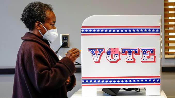 Ruby Lenora bỏ phiếu trực tiếp vào sinh nhật lần thứ 73 của mình tại một địa điểm bỏ phiếu ở Công viên Washington của Thư viện Công cộng Milwaukee ở Milwaukee, vào ngày đầu tiên bỏ phiếu trực tiếp ở Wisconsin, Hoa Kỳ, ngày 20 tháng 10 năm 2020.