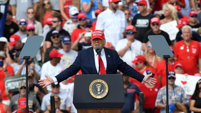 Tổng thống Mỹ Donald Trump phát biểu trước những người ủng hộ tại một cuộc vận động tranh cử bên ngoài Sân vận động Raymond James vào ngày 29 tháng 10 năm 2020 ở Tampa, Florida.