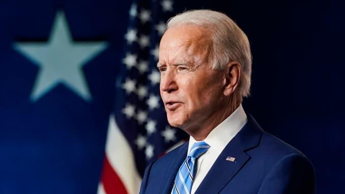 Кандидат в президенты от демократов Джо Байден выступает через день после того, как американцы проголосовали на президентских выборах, 4 ноября 2020 года в Уилмингтоне, штат Делавэр.