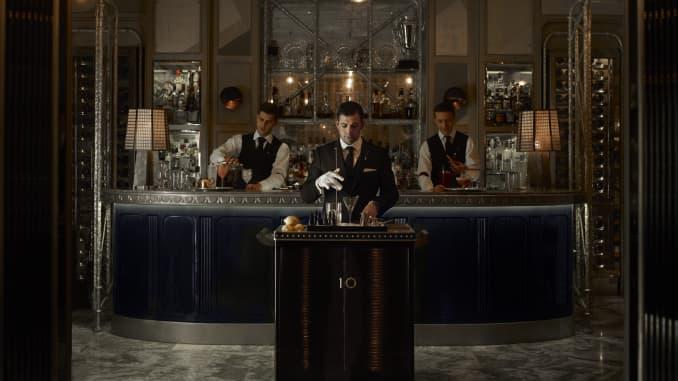 Connaught Bar được biết đến với xe đẩy rượu martini cho phép nhân viên phục vụ chuẩn bị đồ uống tại bàn của khách hàng quen.