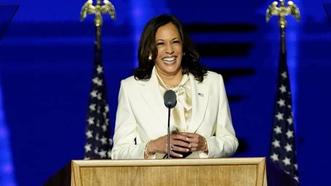 Ứng cử viên phó tổng thống của đảng Dân chủ Kamala Harris mỉm cười khi nói chuyện với những người ủng hộ tại một cuộc mít tinh bầu cử, sau khi báo chí loan tin rằng Biden đã giành chiến thắng trong cuộc bầu cử tổng thống Hoa Kỳ năm 2020, tại Wilmington, Delaware, Hoa Kỳ, ngày 7 tháng 11 năm 2020.