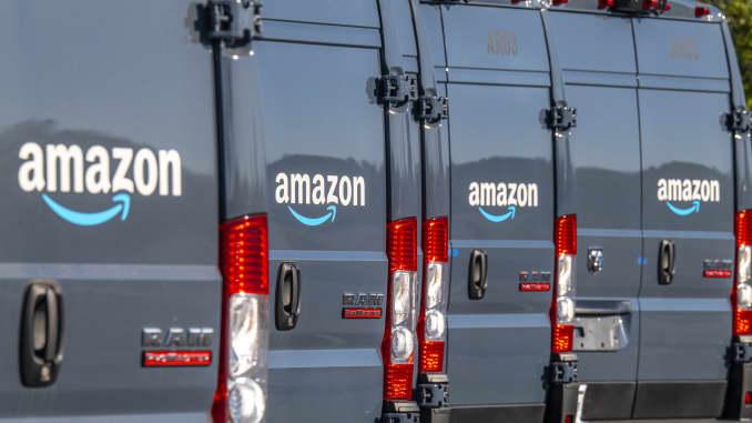 Xe tải giao hàng của Amazon.com ở Richmond, California, Hoa Kỳ, vào Thứ Ba, ngày 13 tháng 10 năm 2020.