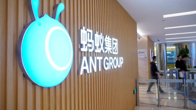 Logo Ant Group terlihat di kantor pusat perusahaan, afiliasi Alibaba, di Hangzhou, provinsi Zhejiang, China, 29 Oktober 2020
