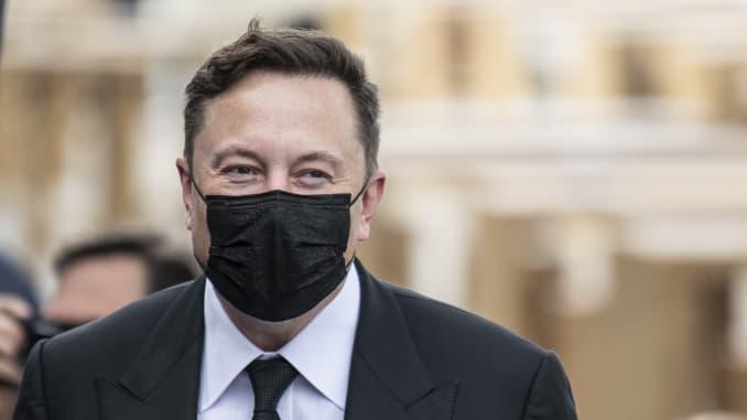 Ngày 2 tháng 9 năm 2020, Berlin: Doanh nhân công nghệ Elon Musk đến với khẩu trang che mặt cho cuộc họp ban điều hành của CDU ở Westhafen.  Ảnh: Fabian Sommer / dpa (Ảnh của Fabian Sommer / liên minh hình ảnh qua Getty Images)
