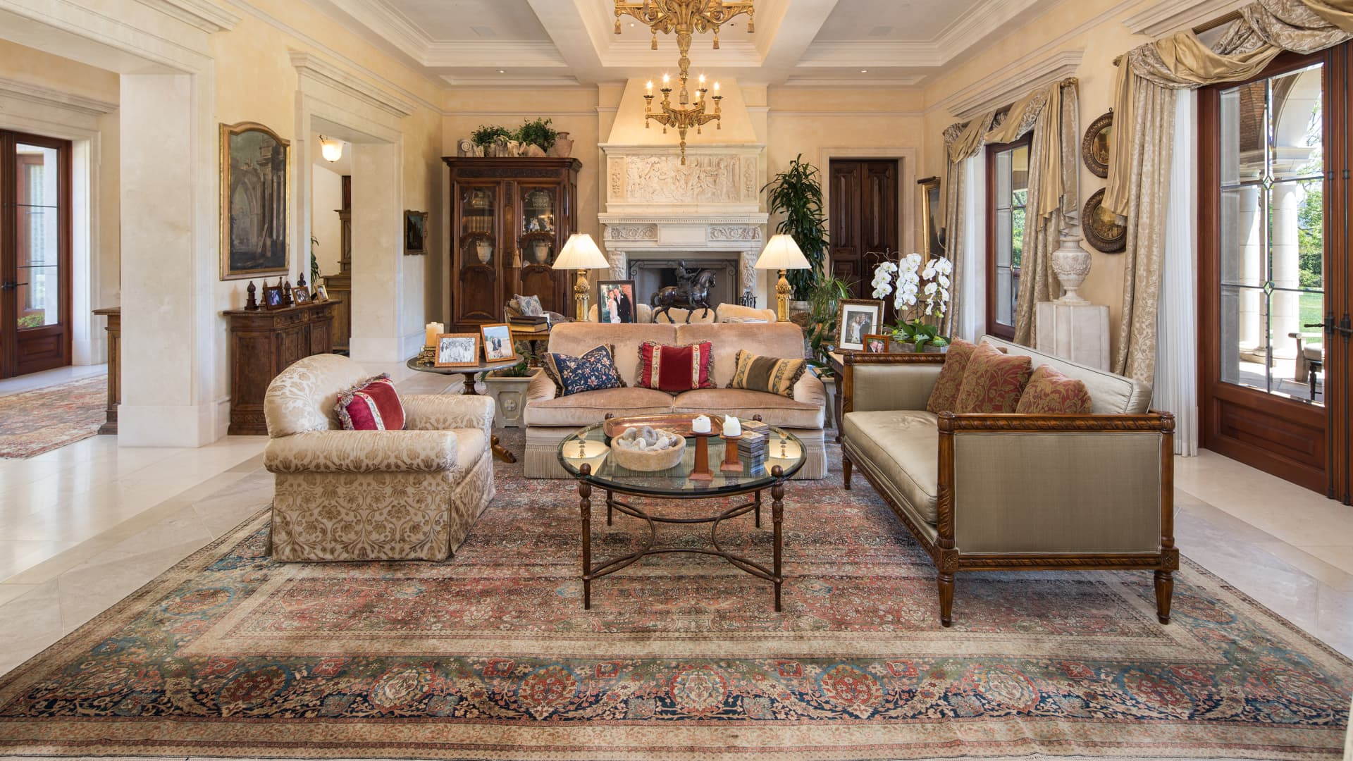 A spacious living area inside Villa Firenze