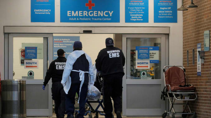 Một bệnh nhân đến bên ngoài Trung tâm Y tế Maimonides, khi sự lây lan của bệnh coronavirus (COVID-19) vẫn tiếp tục, ở Brooklyn, New York, Hoa Kỳ, ngày 17 tháng 11 năm 2020.
