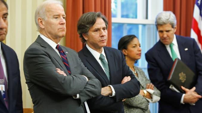 (De gauche à droite) Le vice-président américain Joe Biden, le conseiller adjoint à la sécurité nationale Tony Blinken, le conseiller à la sécurité nationale Susan Rice et le secrétaire d'État John Kerry écoutent le président Barack Obama et le Premier ministre irakien Nuri al-Maliki s'adresser aux journalistes dans l'Ov