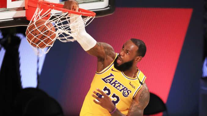 LeBron James dari Los Angeles Lakers melakukan dunks bola melawan LA Clippers selama kuarter kedua pertandingan di The Arena di ESPN Wide World Of Sports Complex pada 30 Juli 2020 di Lake Buena Vista, Florida.