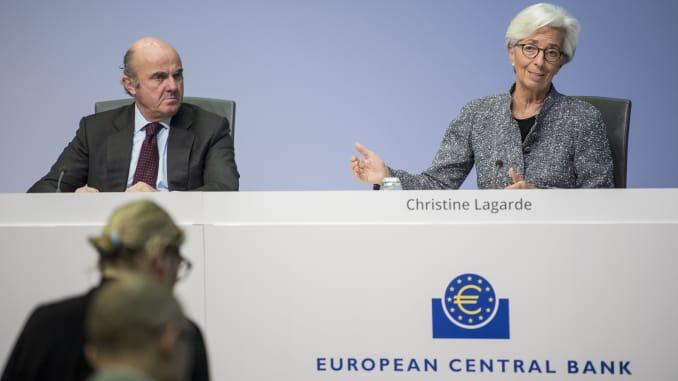 Christine Lagarde (R), Chủ tịch Ngân hàng Trung ương Châu Âu (ECB), và Chủ tịch Luis de Guindos (L)