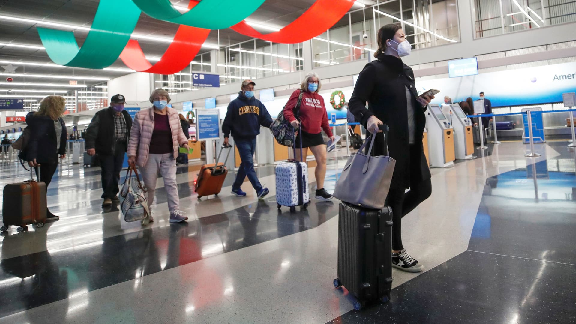 Travelers pass through O'Hare International Airport ahead of the Thanksgiving holiday during the coronavirus disease (COVID-19) pandemic, in Chicago, Illinois, November 25, 2020.