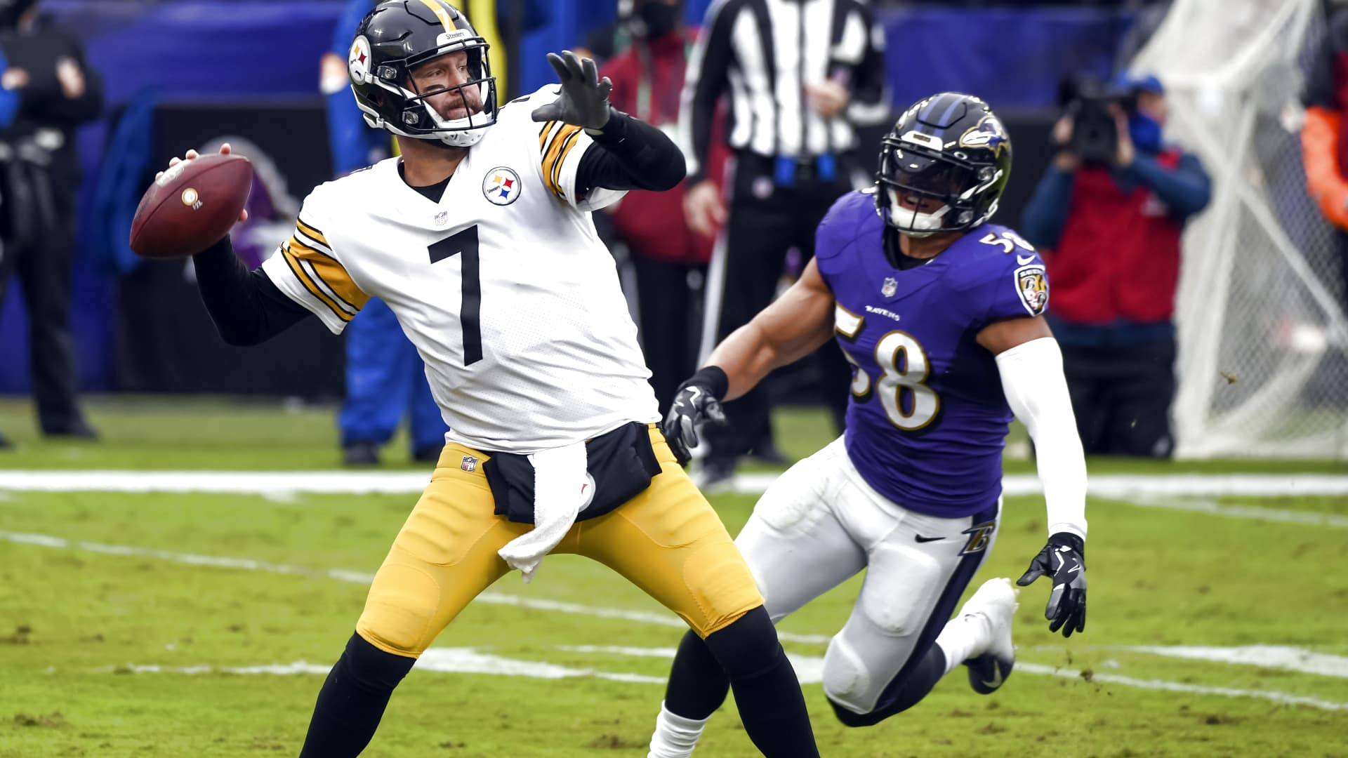 Pittsburgh Steelers quarterback Ben Roethlisberger (7) drops back to pass against the rush of Baltimore Ravens linebacker L.J. Fort (58) during the Pittsburgh Steelers game versus the Baltimore Ravens on November 1, 2020 at M&T Bank Stadium in Baltimore, MD.