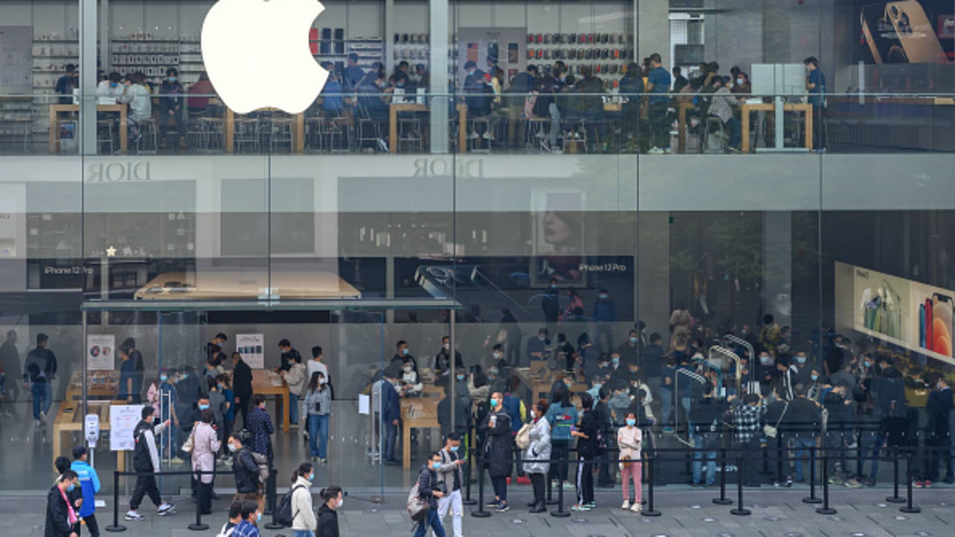 CHENGDU, CHINA - NOVEMBER 17: Customers line up to enter an Apple flagship store on November 17, 2020 in Chengdu, Sichuan Province of China. (Photo by Xie Li/VCG via Getty Images)