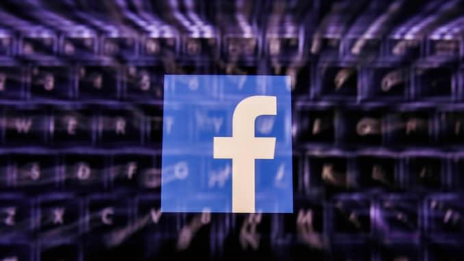 Logo của Facebook hiển thị trên màn hình điện thoại và bàn phím.