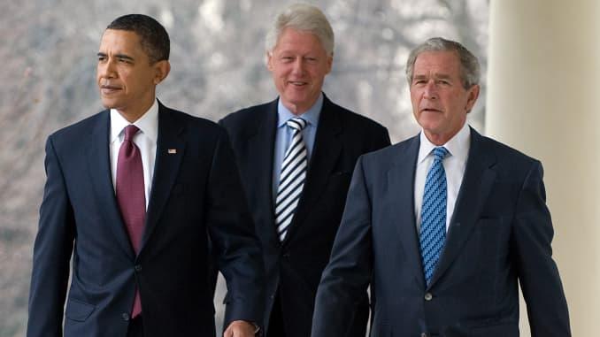 Ảnh chụp Tổng thống Barack Obama (L) đi xuống Colonnade Cánh Tây cùng với các cựu Tổng thống Hoa Kỳ Bill Clinton (C) và George W. Bush (R) trước khi phát biểu về các nỗ lực cứu trợ chung sau trận động đất ở Haiti, trong một tuyên bố ở Hoa hồng